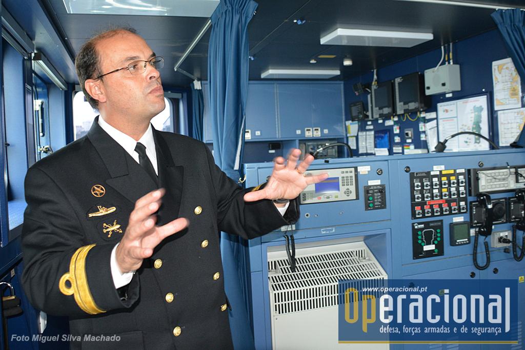O comandante Guardado Neto tem como missão salvaguardar a vida humana no mar acolhendo emigrantes/refugiados, mas também garantir a protecção dos militares que comanda e a segurança do navio. Não sendo provável a ameaça existe.