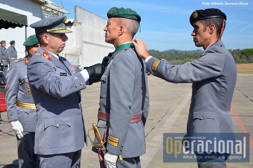 O CEME impõe as insígnias da Ordem Militar de Avis ao Tenente-Coronel