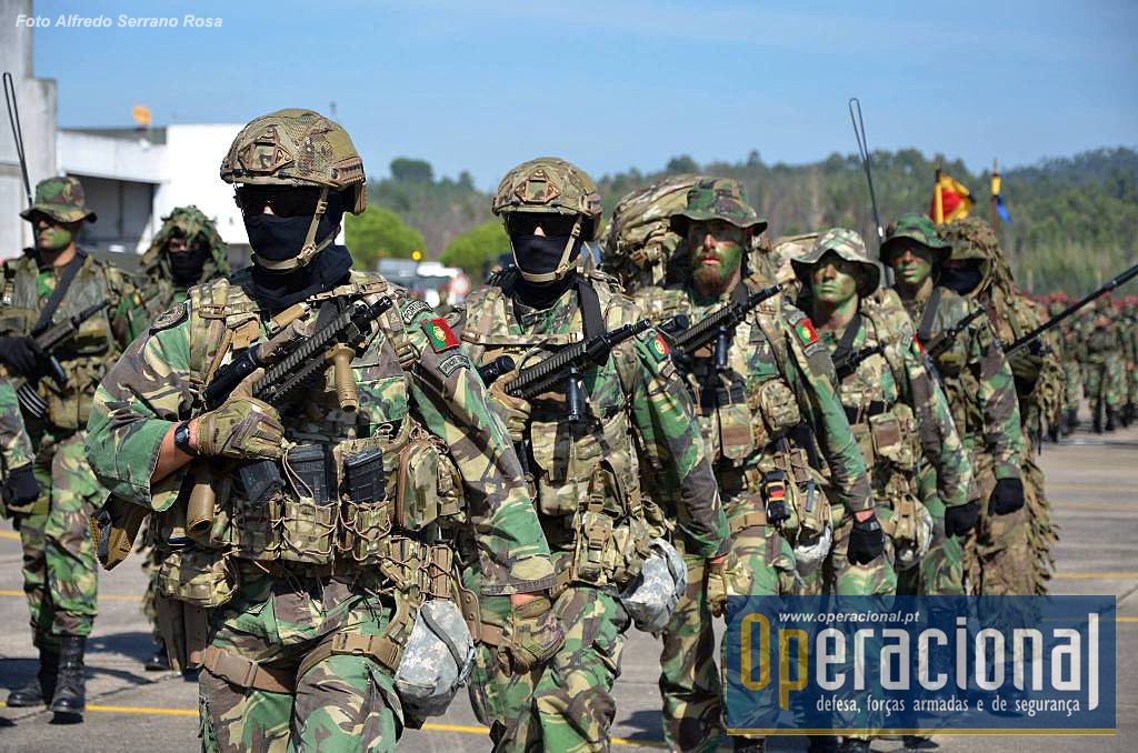 Um Special Operations Task Group do Centro de Tropas de Operações Especiais. Note-se estão equipados com a espingarda HK-416, idêntica à que acabou de ser seleccionada em França para substituir a FAMAS.