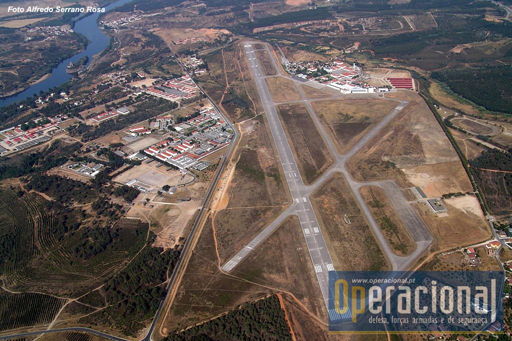 Excelente vista do Aeródromo Militar de Tancos, e da área envolvente até ao rio Tejo. Gerações e gerações de aviadores e pára-quedistas portugueses, fizeram desta paisagem o seu local de trabalho!