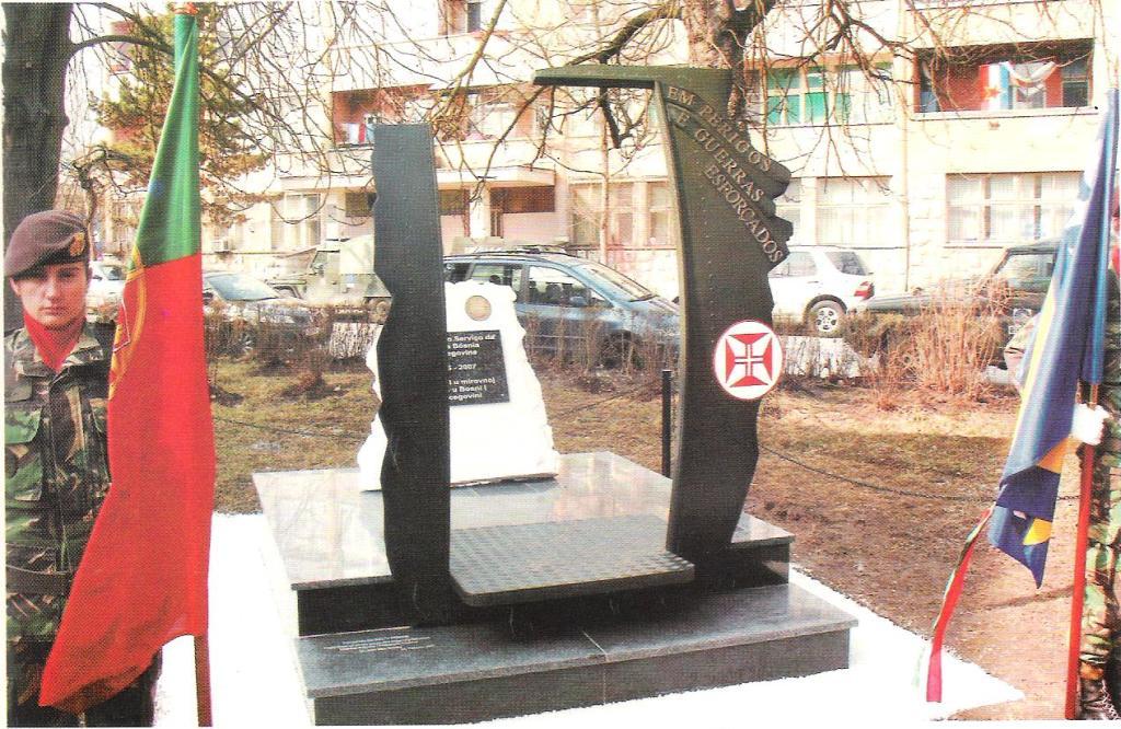 """O Monumento adulterado, no dia da sua inauguração na cidade de Doboj (imagem do livro «Bósnia - """"In Perpetuum""""» 1BI/BrigInt - 28FEV2007)"""