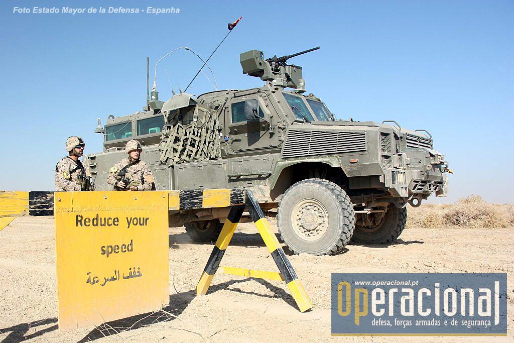 Em Besmayah / Iraque, espanhóis, portugueses, britânicos e americanos não formam só militares mas também a policia de fronteiras do Iraque. O blindado 4X4 na imagem é um RG-31 Mk5E espanhol.
