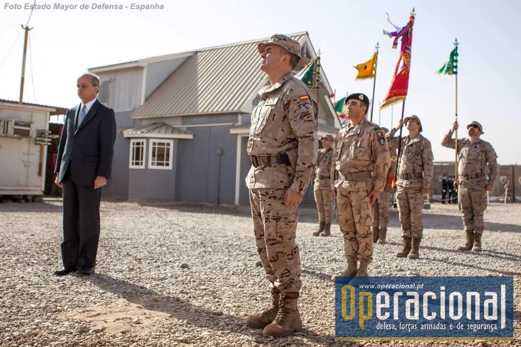 """Da esquerda, o Embaixador de Espanha no Iraque, o Comandante da Base """"Gran Capitán"""" e o Comandante do 4.º Contingente Nacional das Forças Armadas Portuguesas na operação """"Inherent Resolve""""."""