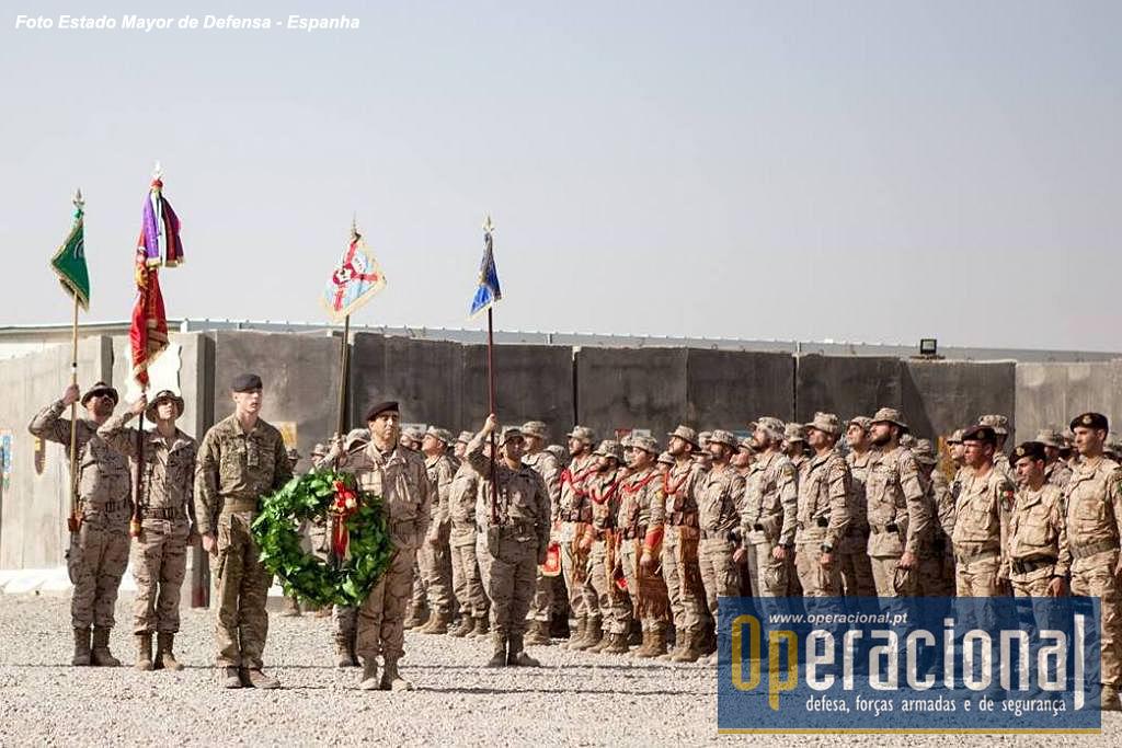 """Cerimónia militar em Besmayah. Um militar português e um britânico transportam a coroa de flores na homenagem aos mortos perante a formatura de todos os contingentes da """"Task Force Besmayah""""."""