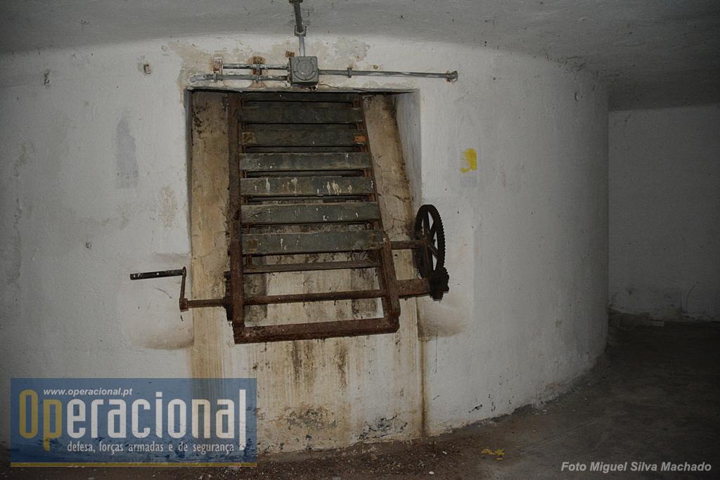 O elevador manual que colocava as munições junto da peça, à superficie.