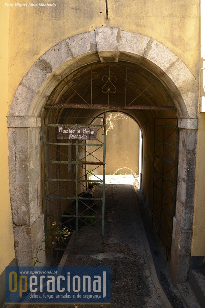 Portão de acesso à entrada original do Forte - hoje fechada. Do outro lado da muralha está o Jardim do Castelo (acesso público) , o Coreto de Almada e um restaurante/bar.