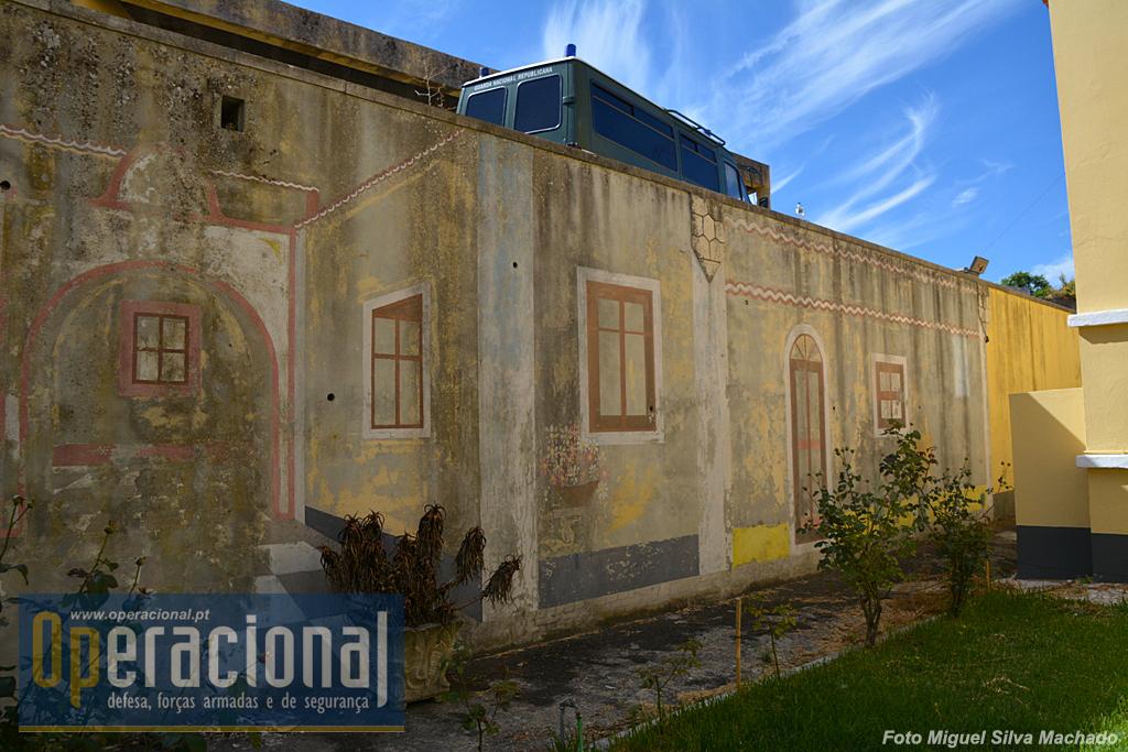 Ainda sobrevivem várias pinturas murais que de algum modo atenuariam o isolamento do quartel!