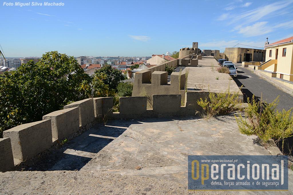 As muralhas e o fosso separam o Forte da cidade. Havia claramente a intenção de defesa de todos os ângulos.