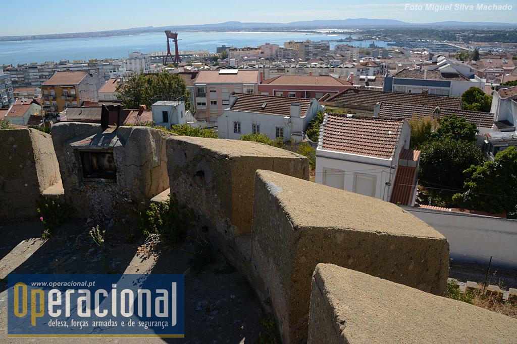 A Base Naval de Lisboa no Alfeite e a antiga Lisnave são bem visíveis.