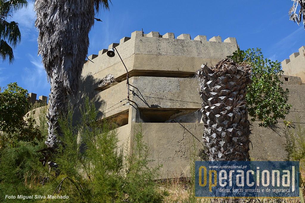 Não faltam posições fortificadas nas muralhas. Todos os sectores de tiro estão cobertos.