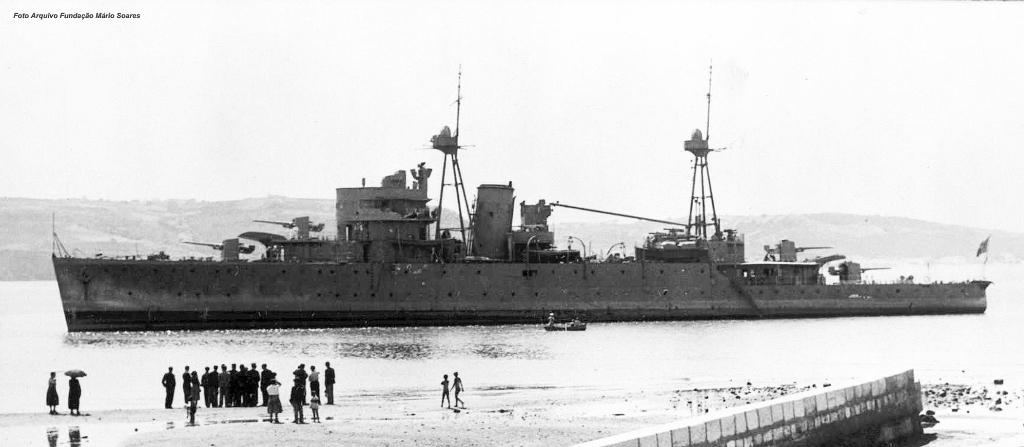 O Afonso de Albuquerque já neutralizado. Tratava-se, juntamente com o Bartolomeu Dias, de um navio moderno, construído no Reino Unido e que fazia parte de um ambicioso plano de reconstrução da Armada. Curiosamente este mesmo navio, seria interveniente num outro combate, em Goa (18DEZ1961), na defesa do Estado Português da Índia. A Marinha da União Indiana, recuperou-o e esteve ao serviço até 1966.