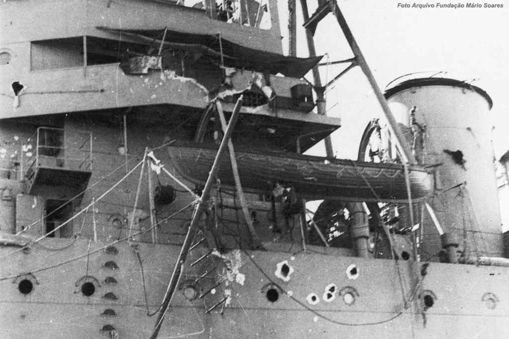 Detalhe do Aviso Afonso de Albuquerque, com os estragos provocados pela artilharia de costa bem visíveis.