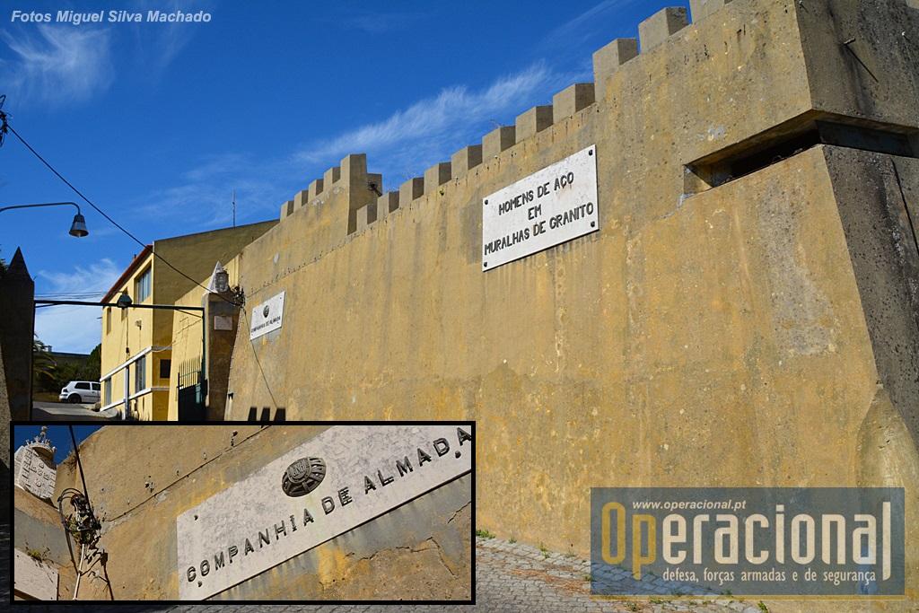 Porta-de-Armas do Forte de Almada, no qual se mantêm placas alusivas aos utilizadores do espaço desde...há muitos e muitos anos!