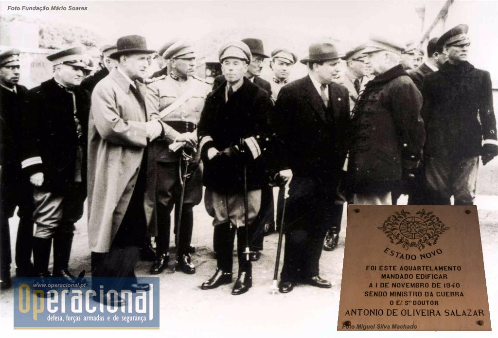 Talvez por reconhecer a sua importância em 8SET1936, Salazar mandou fazer melhoramentos no Forte de Almada e fez mesmo (pelo menos) uma visita em 1942. Na imagem está acompanhado de Santos Costa (segundo da direita - à civil). neste ano o Presidente do Conselho de Ministros acumulava com o Ministério da Guerra.